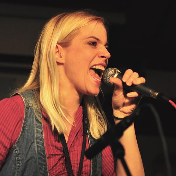 Gesangslehrering Live Auftritt Bühnenshow